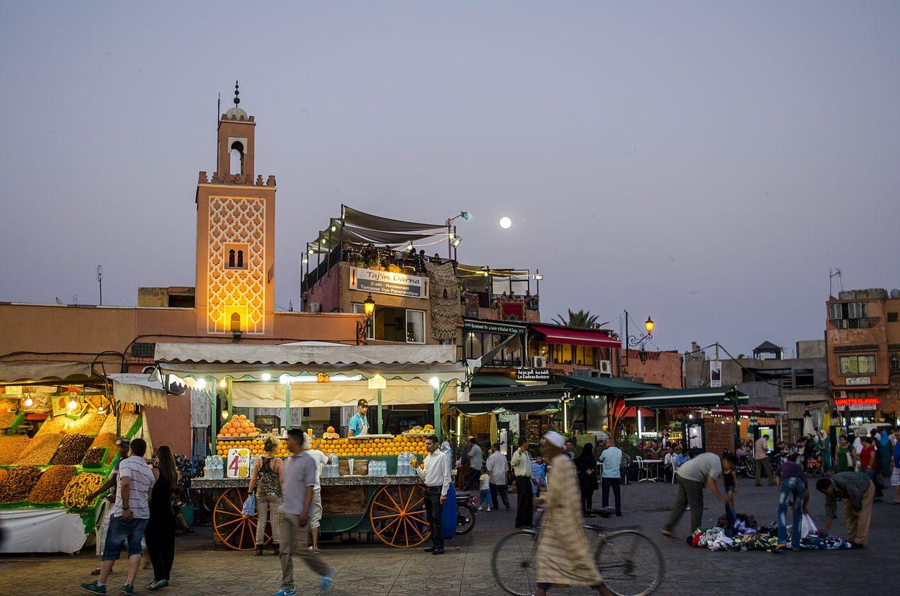 Anochecer_en_la_Plaza_de_Yamaa_el_Fna