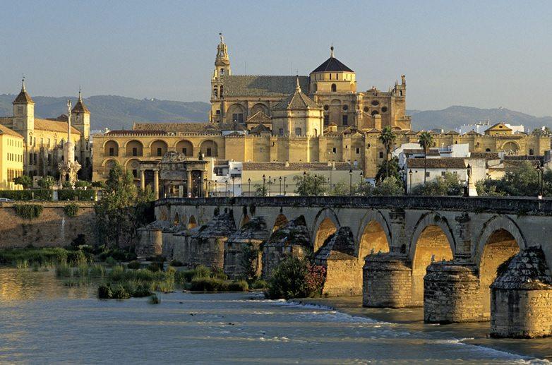 441_la-mezquita-la-catedral-y-el-puente-romano-sobre-el-guadalquivir